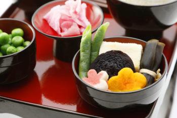 見た目にも綺麗な3種類の精進料理が入った進物用
